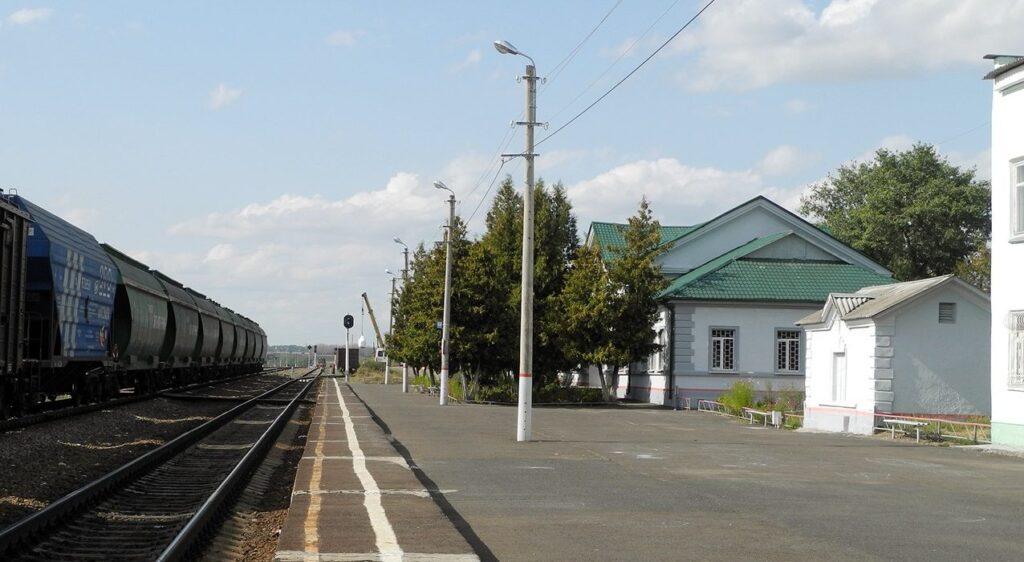 Пассажирская платформа на станции Дмитриев